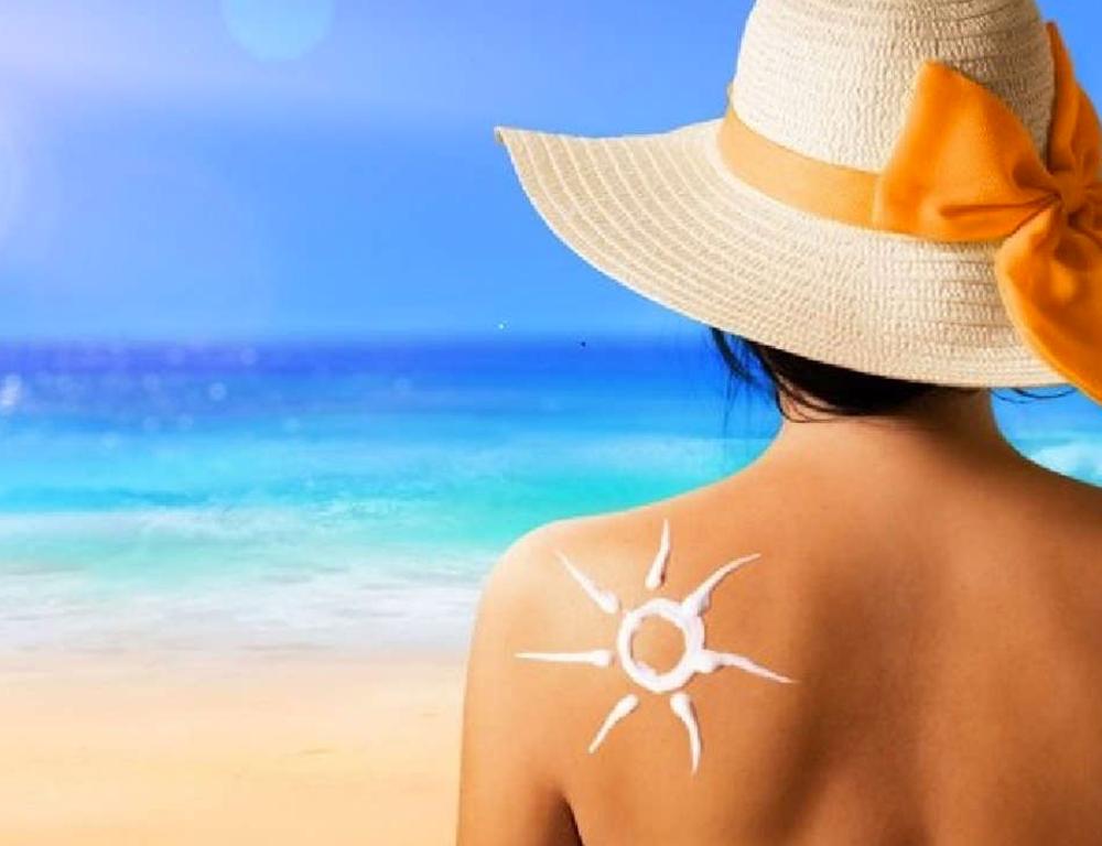¿Es necesario reaplicar el bloqueador solar si no estoy en una playa o piscina?